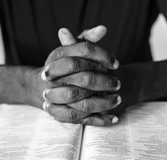 man prayingl-769319-unsplash